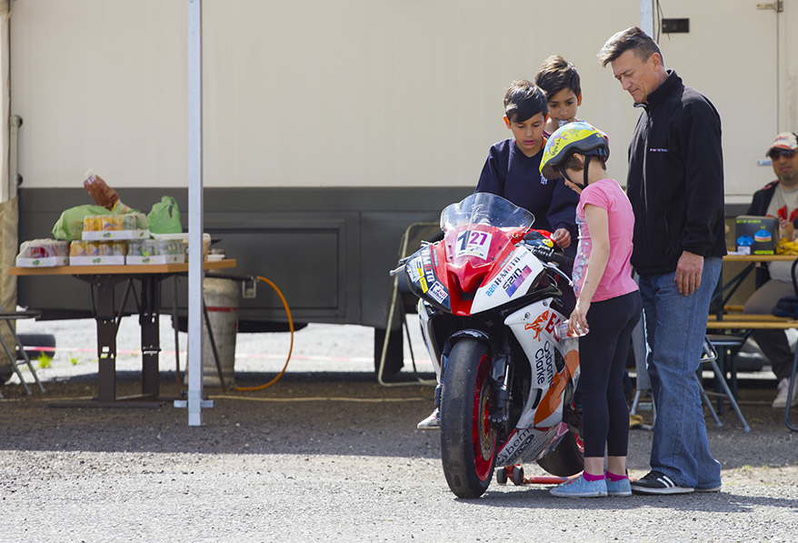 Birtokba vették a Fővárosi MotorShow-n a versenymotorokat a Cseppkő Gyermekotthon gyerkőcei!
